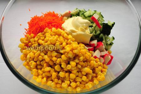 Соединить все составляющие салата в миске, заправить майонезом и посолить.