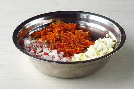 Соединить крабовые палочки, яйца, лук и морковь. Посолить по вкусу. Можно посыпать овощной приправой (с солью).