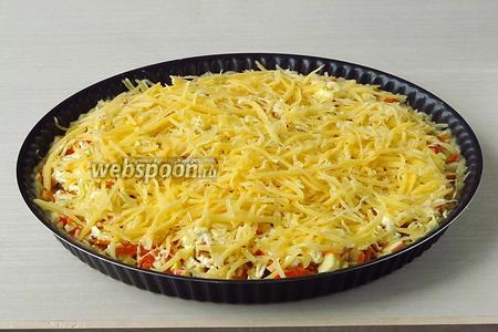 Верх пиццы обсыпать тёртым сыром. Пиццу выпекать при температуре 180 °С в течение 30 минут.