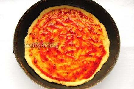 Намазать лепешку томатным соусом с чесноком и итальянскими травами.
