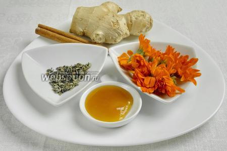 Чтобы приготовить чай, нужно взять цветки календулы, одну палочку корицы, зеленый чай без добавок, имбирь, воду, мёд.