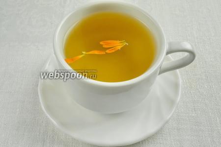 Чай налить в чашки, украсить лепестками календулы, опустить в чашку палочку корицы (по желанию). К чаю подать сладости и мёд.