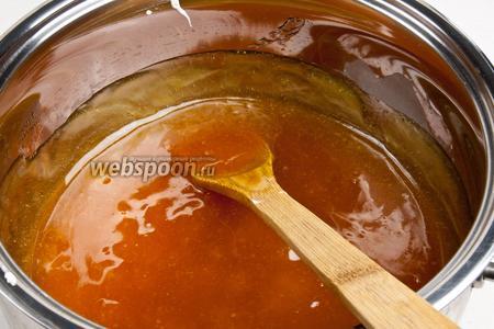В крахмальную смесь помешивая тонкой струйкой влить сахарный сироп. На медленном огне довести до кипения и варить до тех пор, пока масса станет прозрачной и однородной. Помешивать постоянно, потому как масса будет расслаиваться.