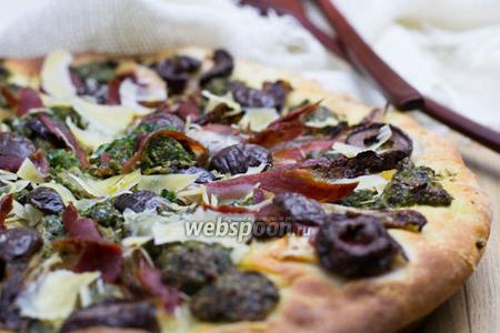 Пицца с прошутто и соусом песто