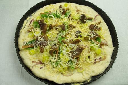 Сверху засыпать оставшимся луком-пореем и тёртым Пармезаном. Разложить по всей пицце каперсы.