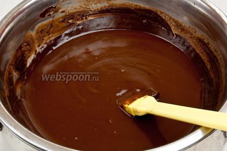 Когда масса превратится в однородный крем без комочков, ещё раз перемешать лопаткой убирая шоколад со стенок миски.