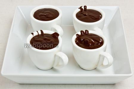 Затем разлить крем в маленькие чашки для еспрессо и подавать со слоёным печеньем и клементинами.
