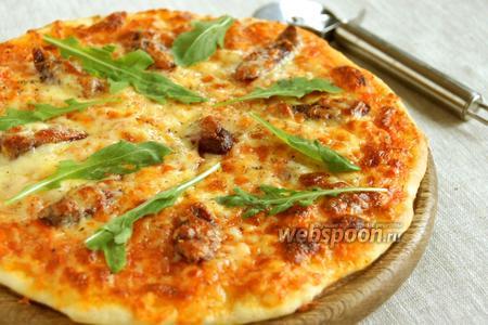 Пицца с охотничьими колбасками и рукколой