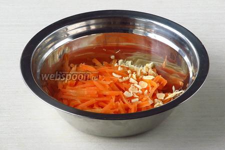 Морковь и корень петрушки очистить и натереть на крупной тёрке или мелко нарезать.