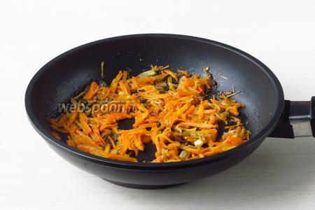 Овощи накрыть крышкой и потушить до мягкости моркови.