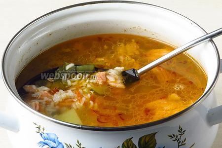 В бульон с картофелем положить отваренные рис и огурцы, рыбную мякоть, подготовленные овощи и заправить овощной приправой по вкусу.