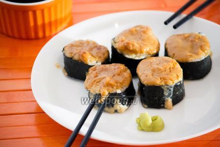 Горячие роллы с лососем