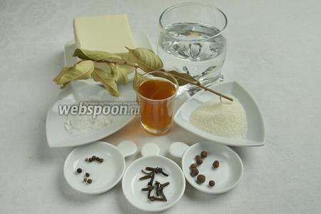 Чтобы приготовить маринованный сыр, необходимо взять сыр тофу, воду, винный уксус, перец чёрный, душистый перец, гвоздику, лавровый лист, соль, сахар.