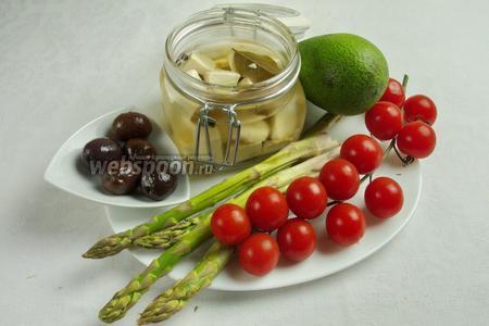 Чтобы приготовить салат, нужно взять  маринованный сыр тофу , оливки, авокадо, помидоры черри, побеги зелёной спаржи, соль, прец.