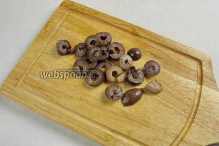 В оливках сделать надрез, удалить косточку. Нарезать оливки кружочками.