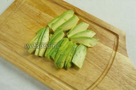 Нарезать авокадо пластинками. Измельчить по желанию.
