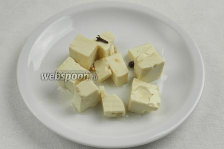 Маринованный сыр тофу достать из маринада, обсушить, нарезать мельче.