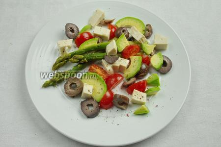 Собрать салат порционно из ингредиентов. Красиво уложить овощи и сыр, заправить солью и перцем. Взбрызнуть оливковым маслом.