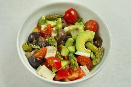 Салат можно подать традиционно в салатнике, лишь измельчить спаржу. Перемешать овощи, заправить оливковым маслом, солью и перцем.