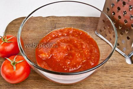 Помидоры натереть на крупной тёрке или использовать уже готовые консервированные перетёртые томаты.