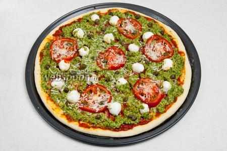Далее выложить каперсы и притрусить сверху пармезаном. Вместо каперсов можно использовать кедровые орешки. И сбрызнуть пиццу оливковым маслом, особенно бортики, чтобы они были золотистые и аппетитные. Разогреть духовку до 200 ºC и отправить туда пиццу на 20 минут.