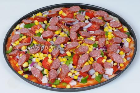 Подошла очередь до охотничьих колбасок, их я решила выложить повыше, чтобы они хорошенько подрумянились и добавили аппетитности нашей пицце.