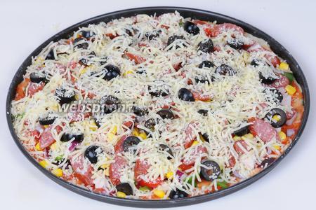Посыпаем сыром Моцарелла, равномерно по всей пицце. Отправляем пиццу в предварительно разогретую до 220 ºC духовку, запекаем до готовности 10-15 минут.