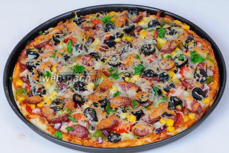 Достаем нашу красивую, румяную пиццу, посыпаем её мелко порубленной зеленью укропа и петрушки и к столу.  Bon Appétit!