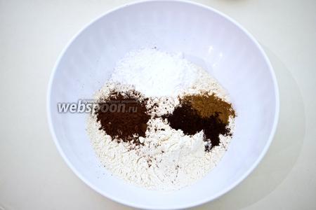 Приготовьте тесто для трубочек. Смешайте муку, кофе, какао, соль, сахарную пудру и корицу.