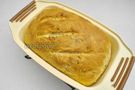 Выпекать хлеб в горячей духовке в течение 30-35 минут.