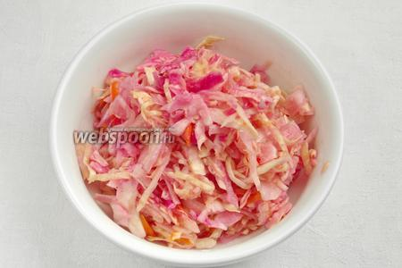 Готовую капусту поставить в холодильник (или на холодный балкон), чтобы остановить процесс брожения. Подавать капусту как самостоятельное блюдо, как закуску к овощам в пост. Заправить ароматным подсолнечным маслом. Добавить нарезанный лук.