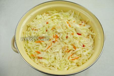 Залить капусту с овощами рассолом.