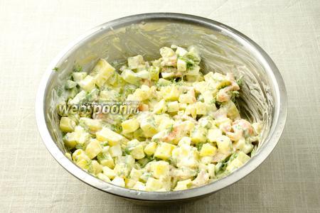 Добавьте сметану и перемешайте. Дайте салату настоятся и подавайте к столу.