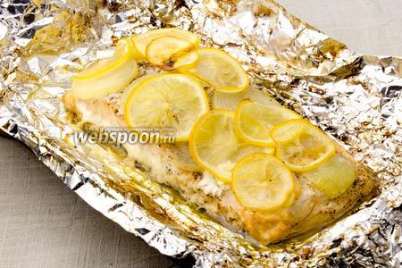 Запечённую рыбу слегка охладите и подавайте с соусом.