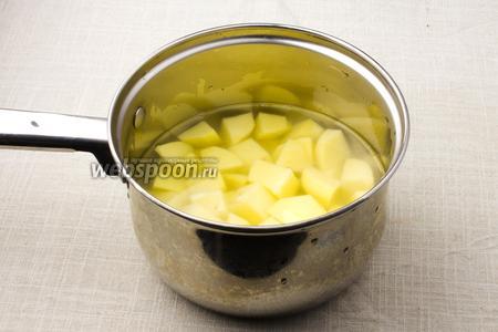 Первым делом, почистите картофель, порежьте кубиками, залейте водой, посолите и варите 30 минут, с момента закипания.