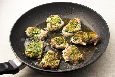 Обжарьте свинину на сковороде по 3-4 минуты с каждой стороны.
