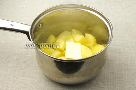 С варёной картошки слейте воду. Добавьте кусочек сливочного масла и дайте ему немного растопиться.