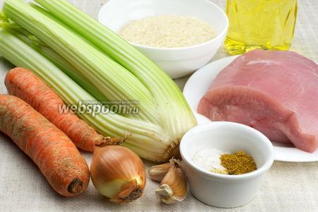 Для приготовления блюда понадобится филе индейки, рис, большая морковь, стебли сельдерея, чеснок, небольшая луковица, растительное масло и специи.