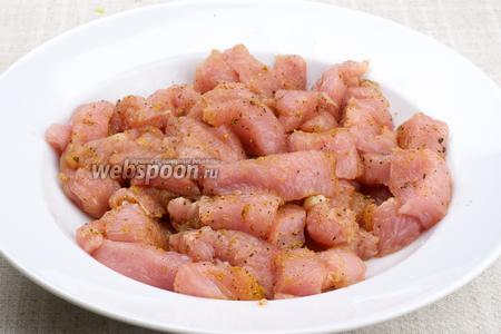 Индюшиное филе хорошо помыть, обсушить и нарезать брусками. Затем хорошо натереть смесью специй: карри, сухого молотого имбиря, чёрного молотого перца и соли — и дать постоять 10-15 минут.