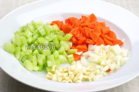 Подготовить овощи: нарезать мелко лук, морковь нарезать на четвертинки, стебли сельдерея и чеснок нарезать крупными кубиками.