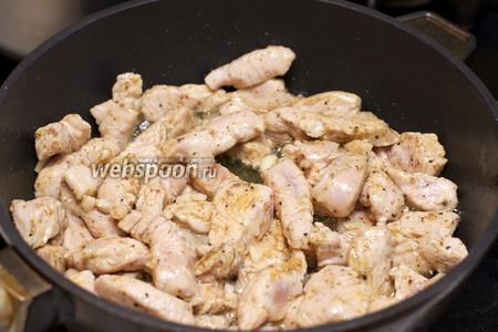 В глубокой сковороде разогреть растительное масло и обжарить филе индейки и чеснок, пока мясо не побелеет.