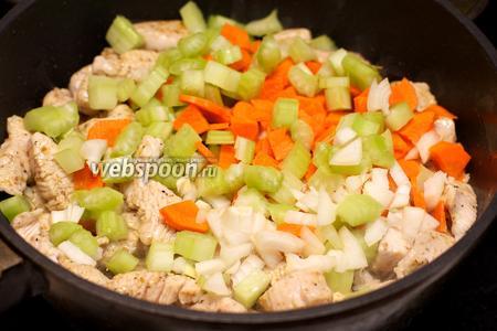 Затем добавить лук, морковь и сельдерей.