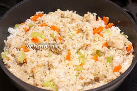 Хорошо всё перемешать, добавит по вкусу соль и перец.