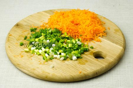 Морковь натрите на мелкую тёрку, а зелёный лук мелко нарежьте.