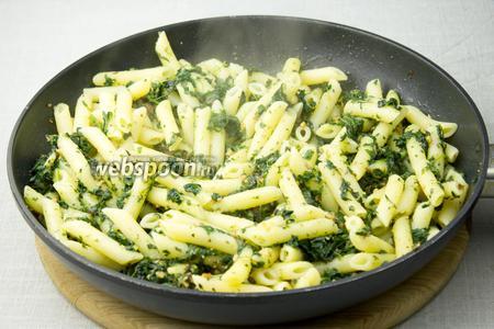 Добавьте отваренные макароны к шпинату. Посыпьте пармезаном и подавайте к столу.