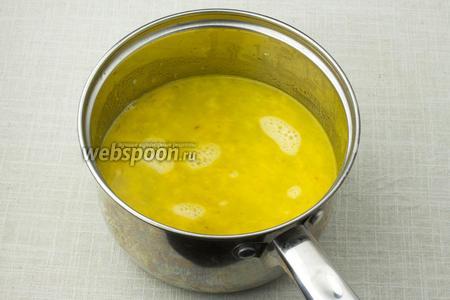 Влейте в кастрюлю 500 мл горячей воды, добавьте кориандр и доведите до кипения.