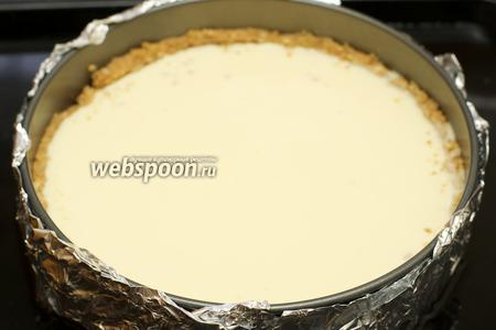 Затем чизкейк поставить в противень, наполненный водой приблизительно до середины формы.