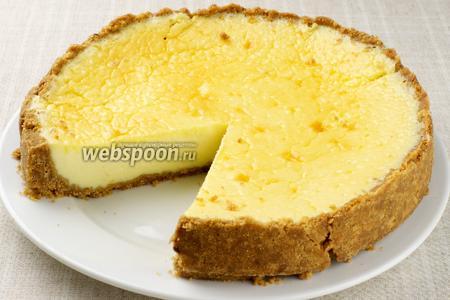 Остывший чизкейк выложить на блюдо и поставить в холодильник на 2-3 часа (а лучше на всю ночь). Подавать украсив свежей клубникой и мятой.