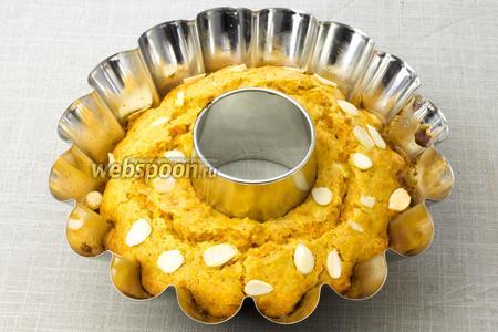 Чтобы легко отделить готовый кекс от формы — пройдитесь лезвием ножа между краями кекса и стенкой формы. Затем накройте форму плоской тарелкой, плотно прижмите и переверните форму. Дайте кексу немного охладиться и подавайте к столу.