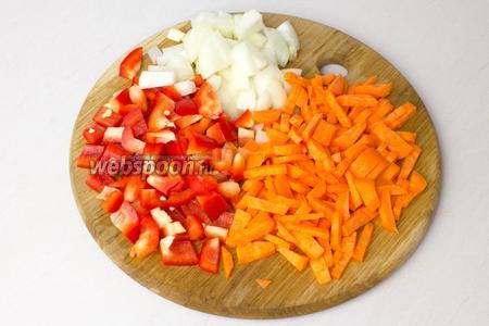 Лук и перец порубите крупными кубиками, а морковь нарежьте соломкой.